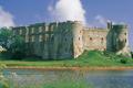 Adfeilion castell ger afon